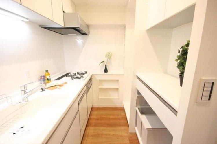 使いやすくスタイリッシュなキッチン空間には、奥様の意見が存分に活かされています。 ≫