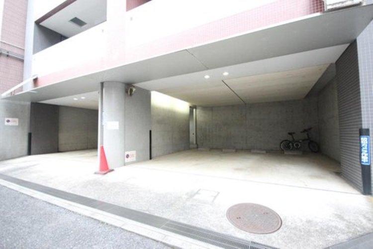 屋内の駐車場を備えていますので、雨の日でも楽々。※空き状況は都度ご確認下さい。 ≫