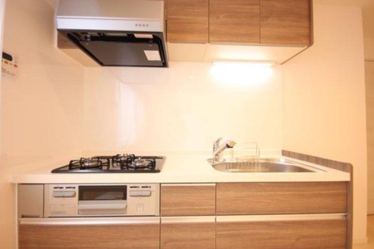 キッチンは家族の絆を育む大切な空間。シンプルで使い易いシステムキッチンで愉しく作る料理は愛情のある美味しいご馳走に。