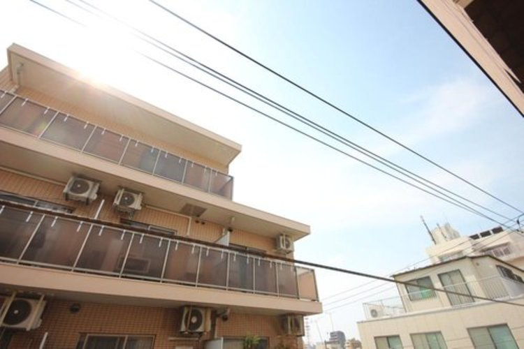 住宅街にありながら、窓からは青空が眺められます。 ≫