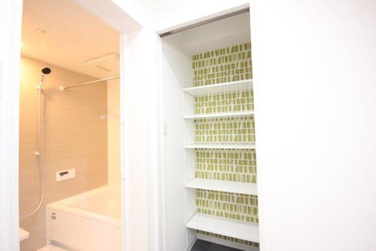 洗面所には大容量の収納があり、細かなもので雑多になりがちな洗面所がすっきりと片付きますね。
