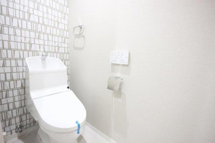白を基調とし、清潔感のある空間に仕上がりました。人気のウォシュレットタイプを採用し、日々の生活を快適に♪ ≫