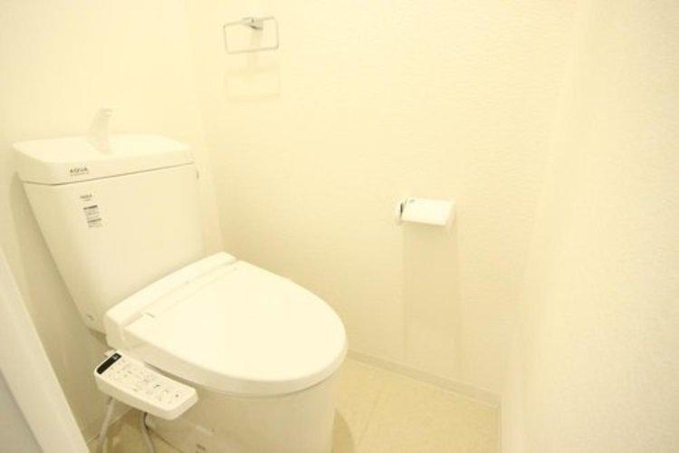 白を基調とし、清潔感のある空間に仕上がりました。人気のウォシュレットタイプを採用し、日々の生活を快適に♪