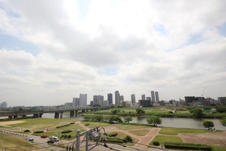 陽当たり・通風・開放感・眺望に恵まれた環境です。周辺は高い建物がなく青い空が遠くまで広がります。 ≫