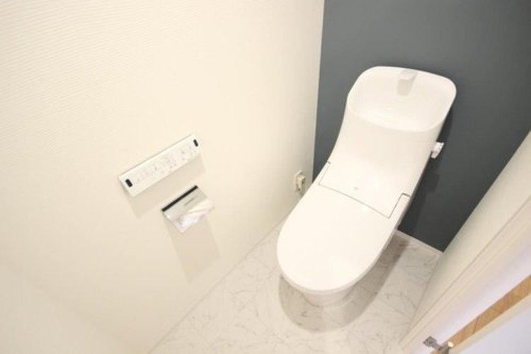 白を基調とし、アクセントクロスを上手に使い、清潔感のある空間に仕上がりました。人気のウォシュレットタイプを採用し、日々の生活を快適に。 ≫