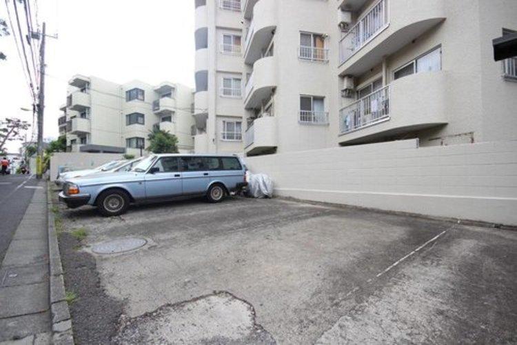 平置きの駐車スペースが嬉しいですね。大きめのお車をお持ちの方でも難なくお停め頂けます。※空き状況は都度ご確認下さい。 ≫