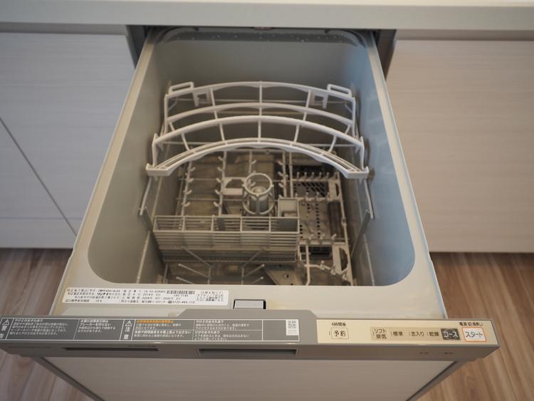 「ビルトインタイプ食器洗乾燥機」通常の手洗いでは使用出来ないほど高温のお湯や高圧水流を使うことにより汚れを効果的に落とすことができる。