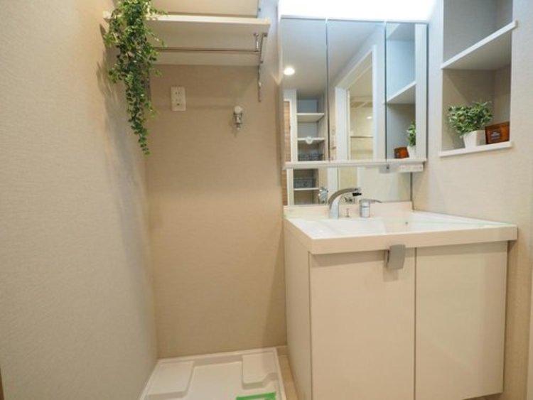十分な大きさの洗面台は収納もさる事ながら、身だしなみチェックや歯磨きなど、朝の慌ただしい時間でもホテルライクなスペースで余裕とゆとりを持たせます。