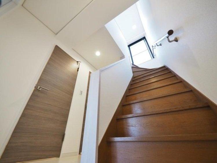 階段には手すりが設けられております。お子様やご年配の方の安全にも配慮した造り。また、窓があることで明るさと広さを感じられます