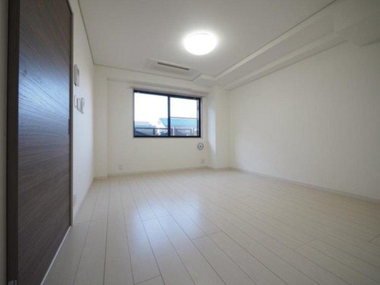 住まう方でカスタマイズしていただけるシンプルなデザインの内装。ご自身で素敵な空間を創り上げられます。