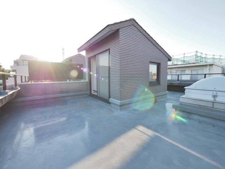 屋上にもうひとつのリビングをコンセプトに、都市部では十分なスペースが取れないお庭の空間を一部屋上に移動し、プライベート性の高い空間を楽しめます
