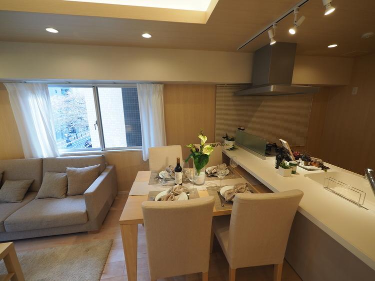 生活の中心となるLDKは対面キッチンタイプのゆったりサイズ。生活動線をワンフロアに集中させることで、ご家族が自然と集まる空間を設計から実現。