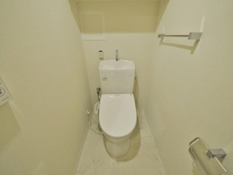 いつまでも清潔な空間であって頂けますように、汚れをふき取り易いフロアと壁紙をチョイス。洗浄便座になっておりますので清潔にご使用いただけます。
