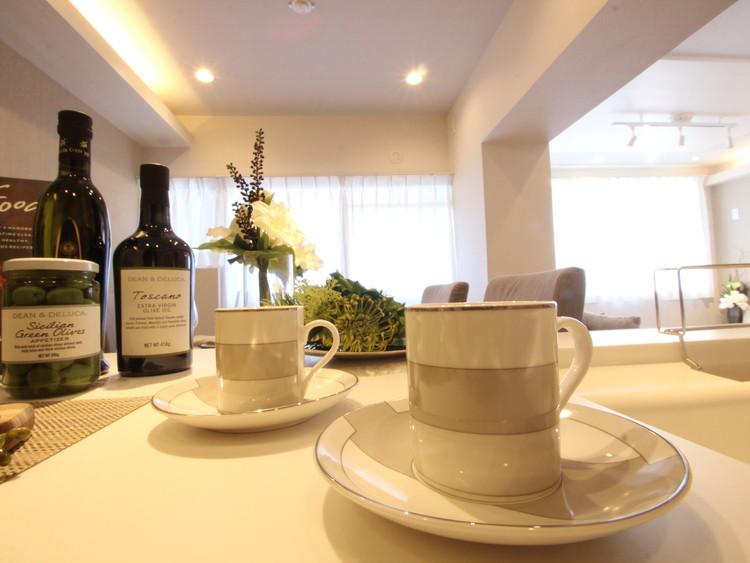 忙しい朝でも、家族が揃って食事ができる大きさのダイニングスペース。奥様が作る手料理をカウンター越しに受け取り、テーブルで囲む素敵な時間。