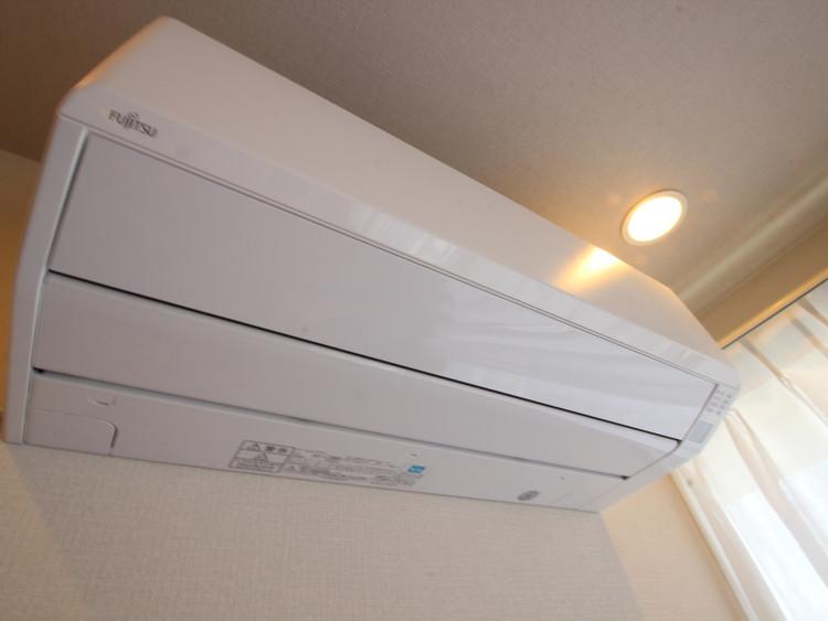 室内の空調設備としてはメジャーなエアコン。当該マンションをご購入の際には新品のエアコンが付いてきます。