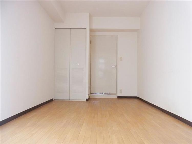 洋室1は7.3帖でしっかりスペースの取れる空間です。
