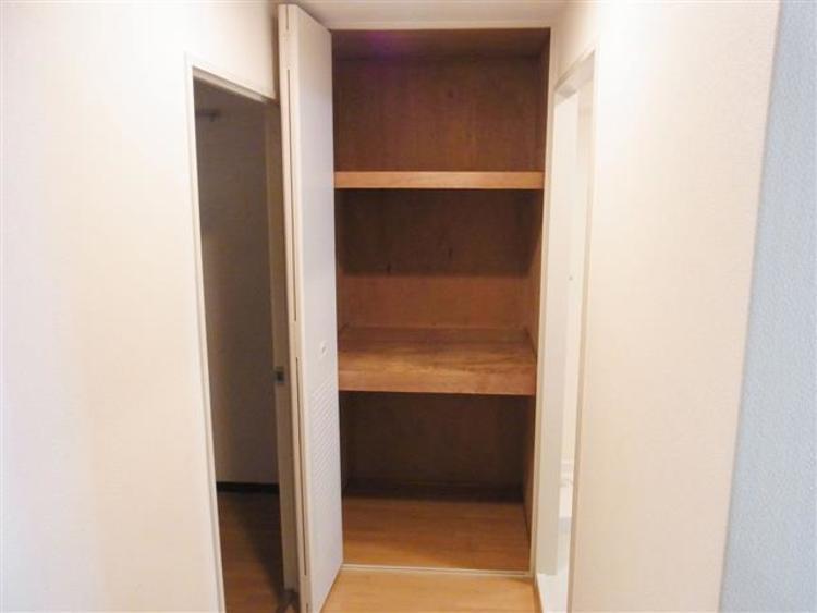 脱衣所横にある収納もちょっとした荷物も入れれるスペースです。