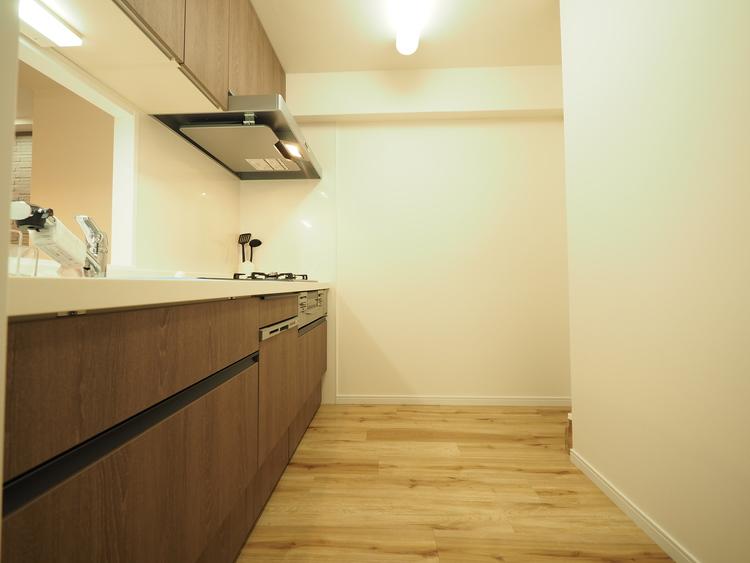 ビルトイン食洗機を標準完備し、家事を時短。家族との対話を楽しめる対面キッチンの裏には大型の冷蔵庫やカップボードを配置しても充分な広さを確保。