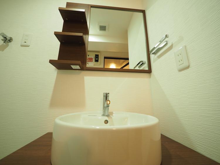 ホワイトを基調にした室内はホテルライクな雰囲気。大きな鏡と、下には収納がたっぷり。可動棚もあるのでスッキリとした空間をお作りいただけます。