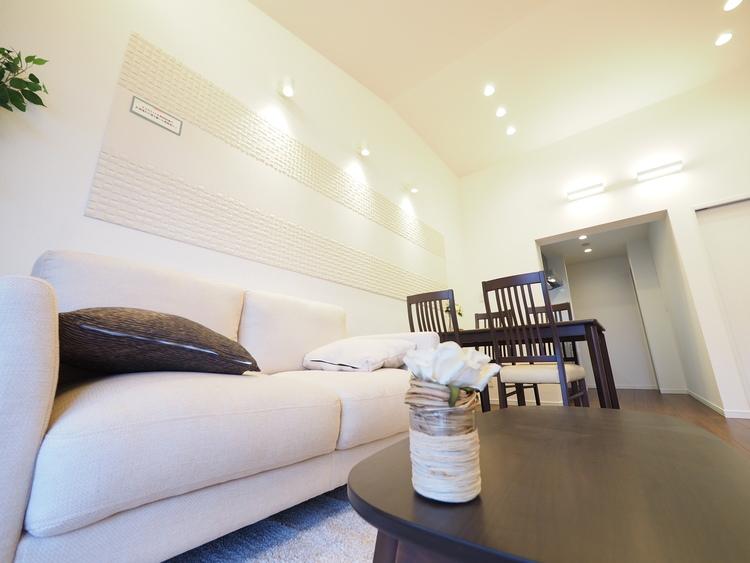 間取りやエリアに応じて表情が異なるデザインにリノベーションし、家具や照明をトータルコーディネート。個性ある高いデザイン性が人気のマンション。