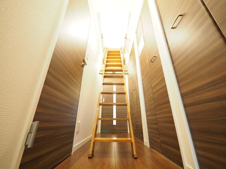 明るい玄関を上がると廊下天井部に収納スペースが。実際に生活する側に立って設計した工夫が要所要所に感じます。キメ細やかさがこの邸の魅力の一つです。