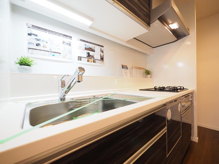 手元から足元の収納まで全てがスライド式、奥のスペースまで有効活用できます。奥まで見渡せるので、たまにしか使わない調理器具もサッと取出せます。