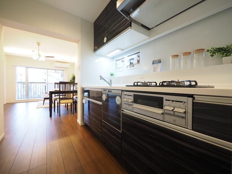 食卓から家族の賑やか会話が聞こえてきそうな雰囲気が醸し出された半独立型タイプのキッチンでリビングと一体感を感じる動線の間取りタイプです。