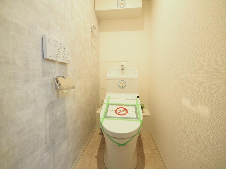 DKや洗面所とは違う場所に設置されたトイレ。中は比較的ゆとりのある大きさを確保しておりますので、ゆったりとお使い頂けます。