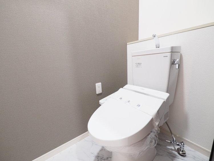 水周りはシンプルに清潔感のあるホワイトで統一。収納も付いていて実用性も兼ね備えた造り。
