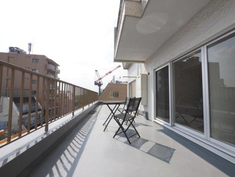屋上にもうひとつのリビングをコンセプトに、都市部では十分なスペースが取れないお庭の空間を屋上に移動し、プライベート性の高い空間を楽しめます。