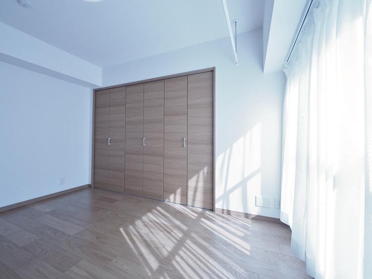 大きな窓からたっぷりと陽光が注がれる明るい空間。家族の成長に対応できる永住仕様の間取り。一日の疲れを癒してくれる、時を忘れて過ごせるお部屋。