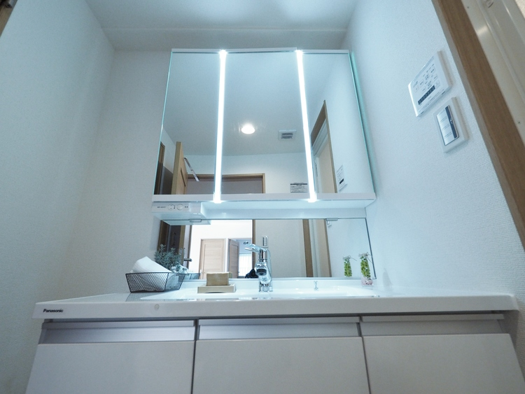 洗面台には三面鏡を採用。身だしなみを整えやすい事はもちろん、鏡の後ろに収納スペースを設ける事により、散らかりやすい洗面スペースをすっきり。