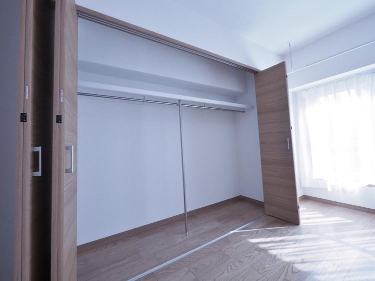 奥行きのあるクローゼットを採用。衣装ケースや、掃除機といった電化製品まで多くの物を収納できるようなつくりになっております。