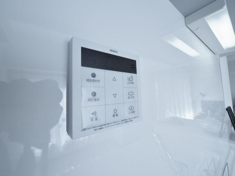 お風呂場と台所に操作リモコンがあり、お料理の最中でもリビングで寛いでいるなかでもボタン一つで簡単に沸かせて便利ですね。