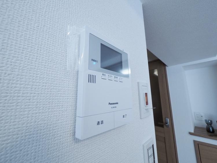 「見える安心」をカタチにしました。家事導線を考慮した個所に設置し、防犯性と利便性に優れ快適と安らぎを合わせた優しい設計。