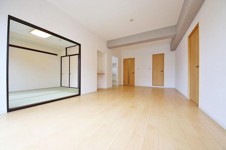 隣のお部屋を開ければ、より開放感のある空間に