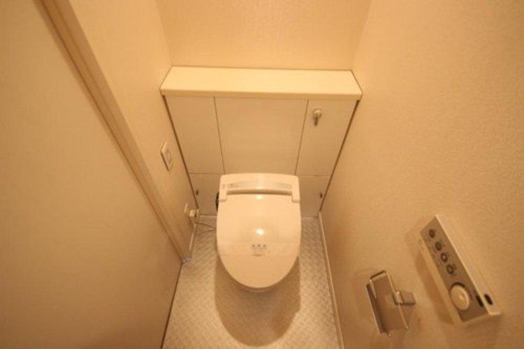 タンクレス型ウォシュレットはお掃除も簡単。空間を広く使う工夫が随所に見受けられます。
