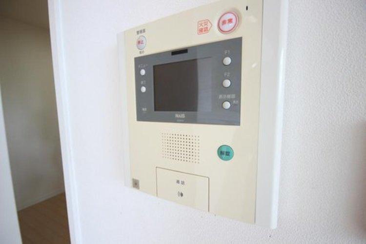 来訪者の様子を室内TVモニターでチェック。お子様が留守番するときも安心。不在時の来訪者を録画でき、犯罪抑止効果も期待できます。