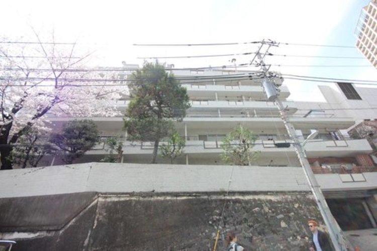閑静な住宅街に佇む当マンションは、シンプルモダンのデザインが外観が特徴です。洗練されたデザインは、住まうほど実感が増すものです。