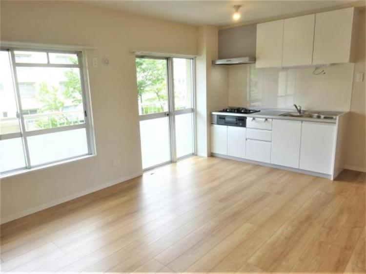 キッチンと一体型のリビングで家事動線が短く楽々作業ができます♪
