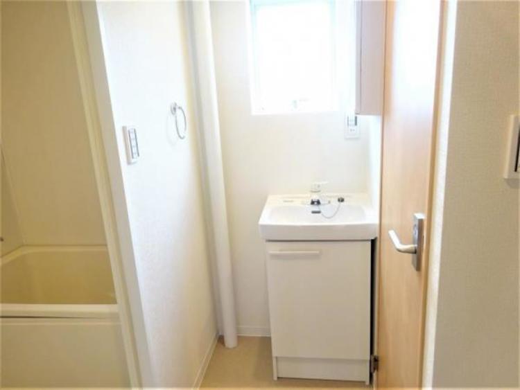 窓があり湿気対策も安心な洗面所。