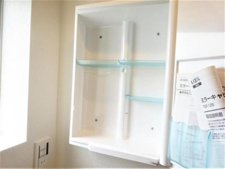 洗面台の隣の鏡は収納スペースとなっております。