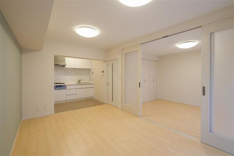 約9.2帖のダイニングキッチンです。白を基調としたデザインで、清潔感のある印象です。