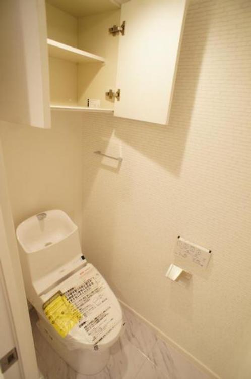 もちろん洗浄付きでトイレも快適です!棚が付いているので備品もしっかり整理できます!