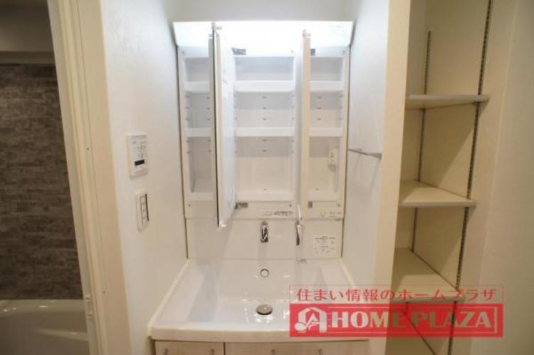 三面鏡の中も収納となっているので、洗面台をスッキリとお使いいただけます!
