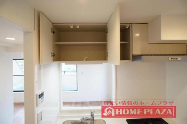 吊り棚が設置されているので、使用頻度の低い調理器具なども収納しておけます!