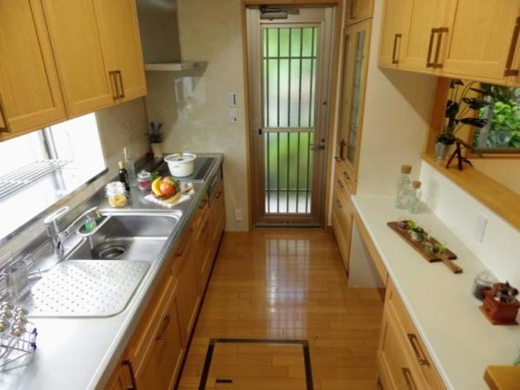 カップボード、吊戸棚、カウンター付きシステムキッチン
