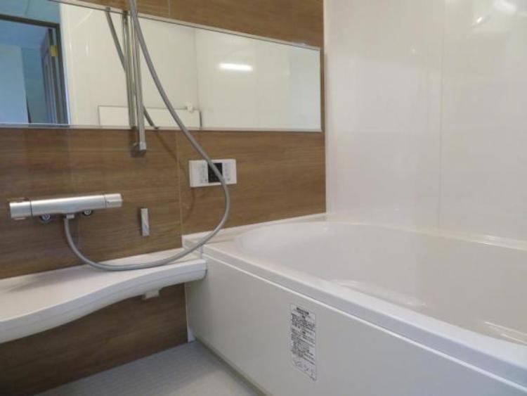 大きな鏡のある浴室