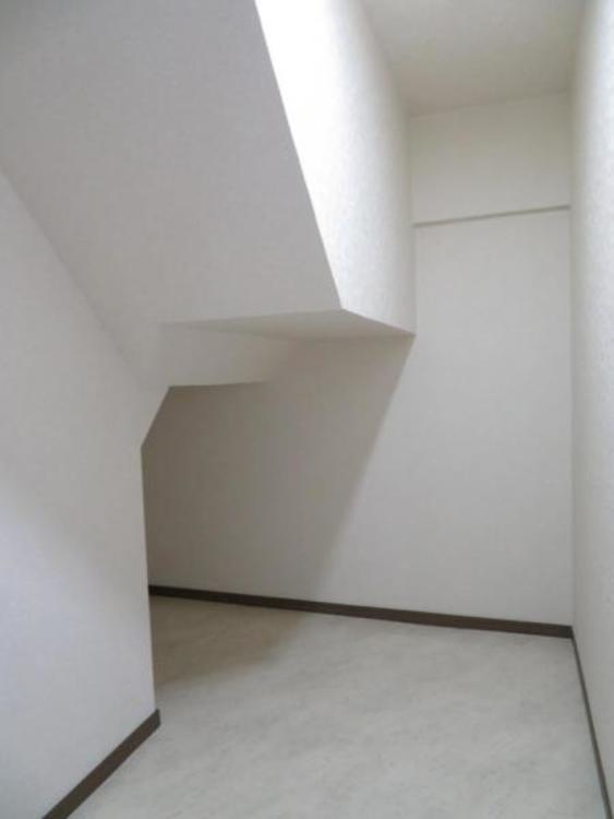 階段下を利用した広い納戸