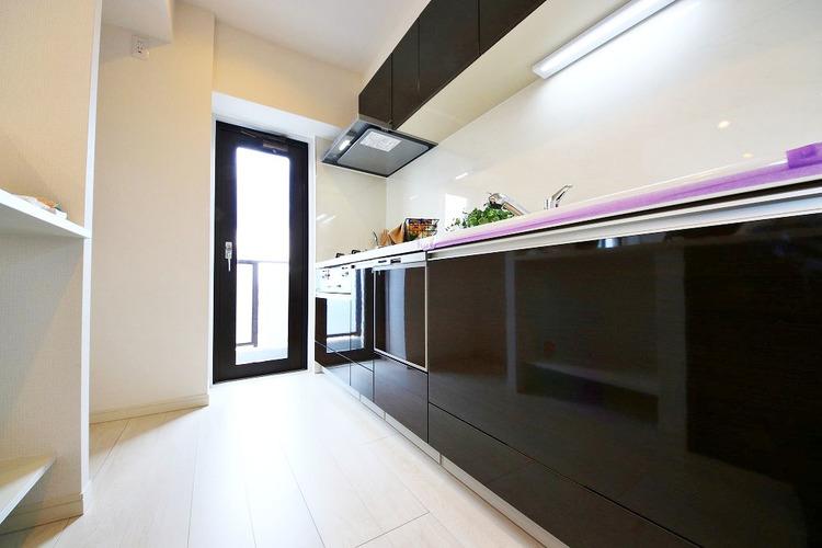 バルコニーにつながるキッチンは生ごみの管理なども便利です